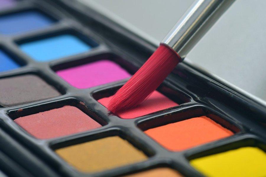 pędzelek na tle pudełka z farbami