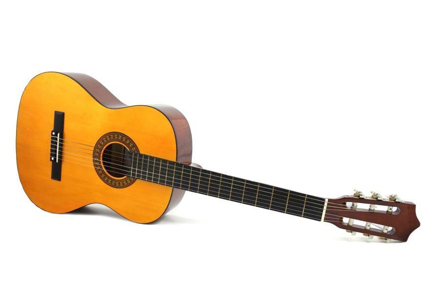 Gitara klasyczna leżąca bokiem na białym tle