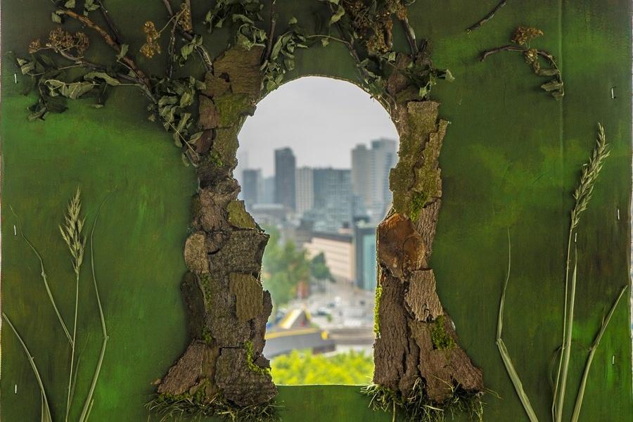 idok przez kamienne okno