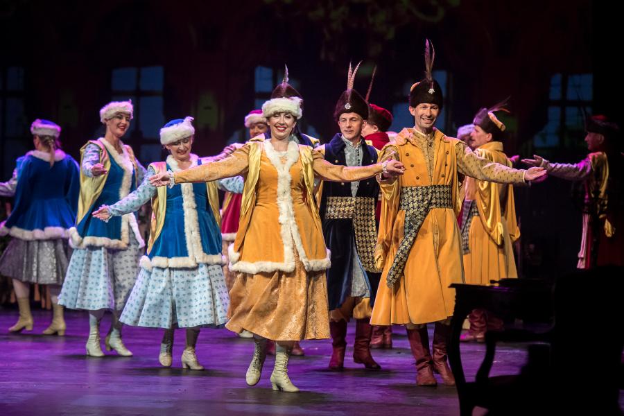 kobiety i mężczyźni tańczący w tradycyjnych strojach szlacheckich