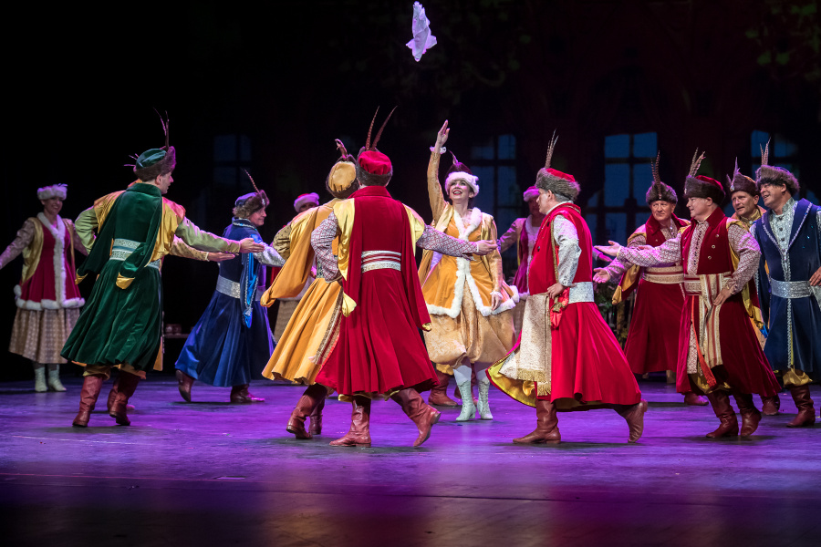 obiety i mężczyxni tańczący w tradycyjnych strojach szlacheckich