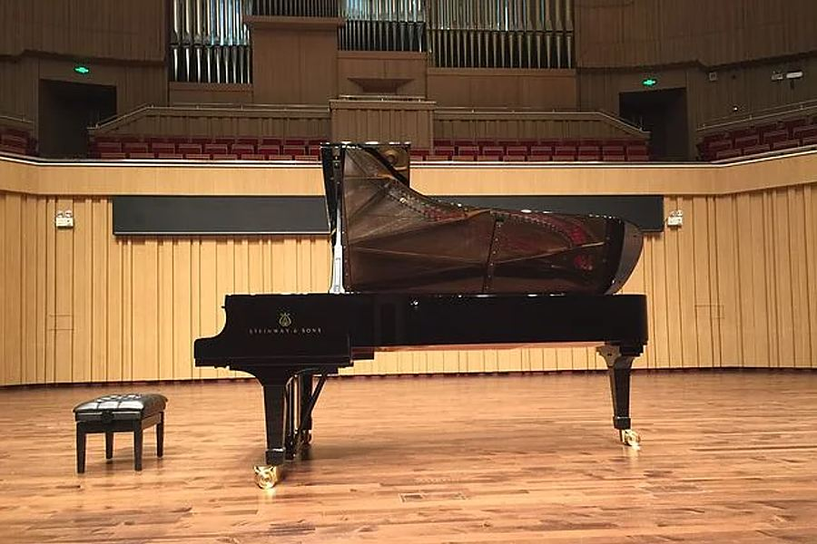 fortepian z otwartym skrzydłem w sali koncertowej