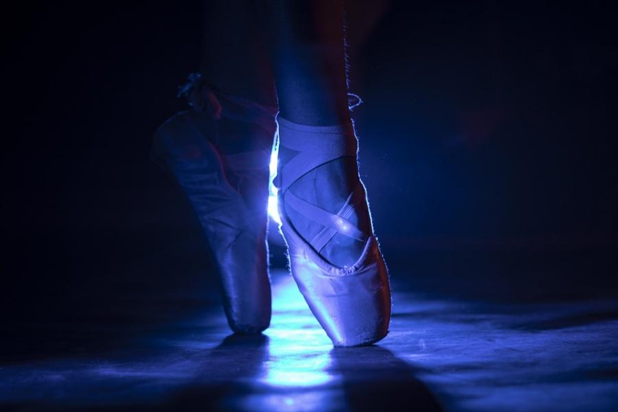 stopy baletnicy na deskach sceny