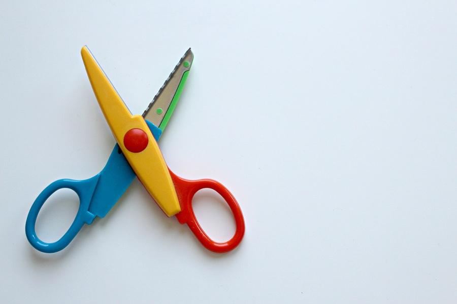 Małe nożyczki o kolorowej obudowie