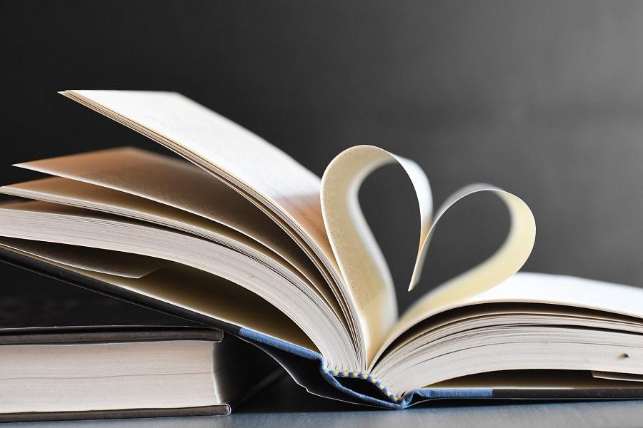 książka z kartkami ułożonymi w kształt serca