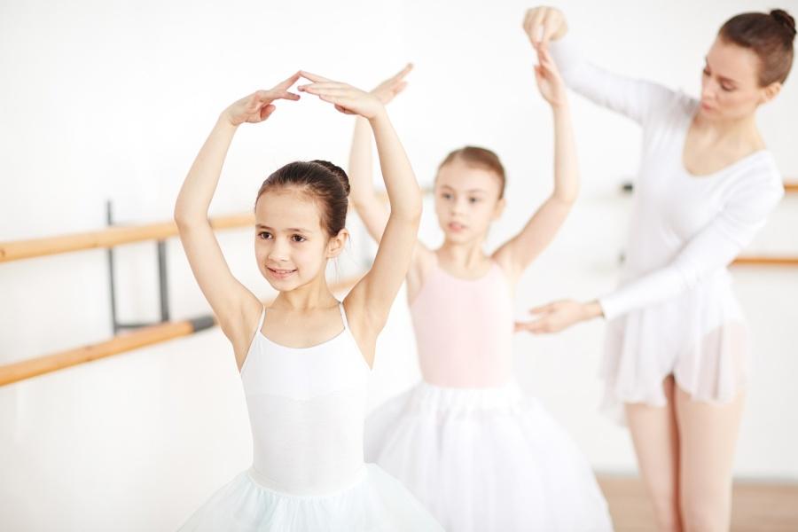 1. Baletnice w pozie baletowej z nauczycielką