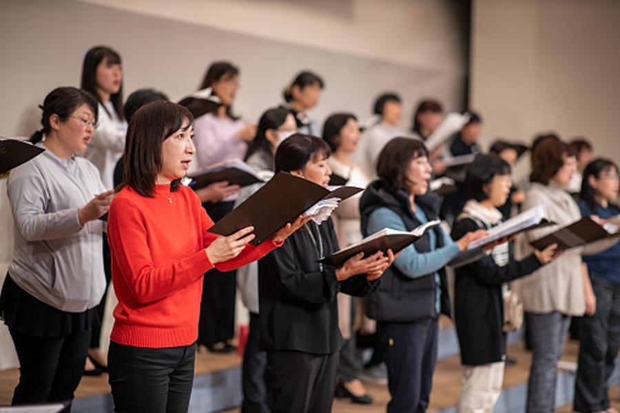 grupa śpiewających kobiet