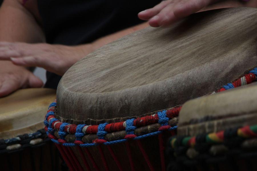 dłoń uderzająca w bęben djembe