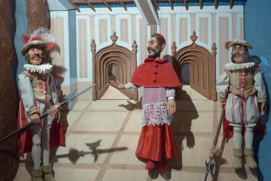 trzy marionetki, księdza i dwóch rycerzy