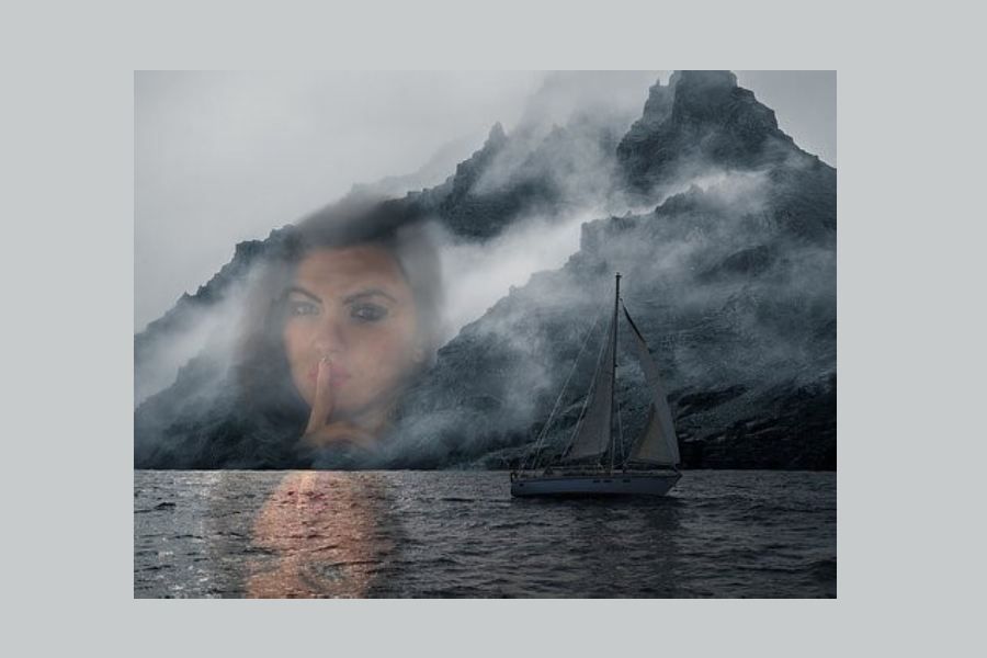 jacht płynący po morzu i cień twarzy kobiety obserwującej jakby przez szybę