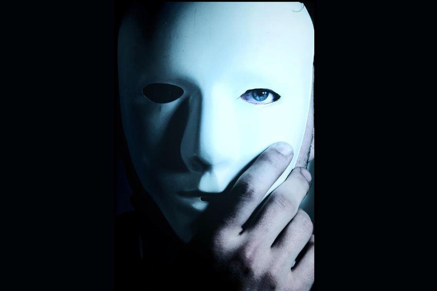 osoba z białą maską na twarzy