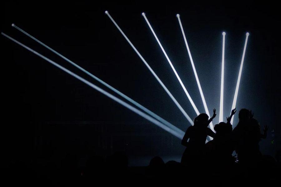 osoby tańczą na tel laseorwych świateł