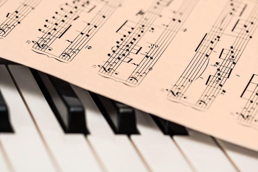 klawisze pianina i nuty