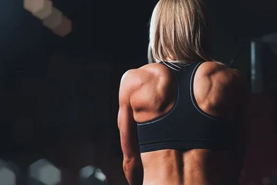 Umięśnione plecy kobietyw stroju gimnastycznym