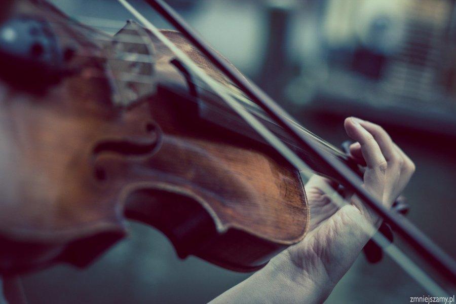 dłoń trzymająca skrzypce