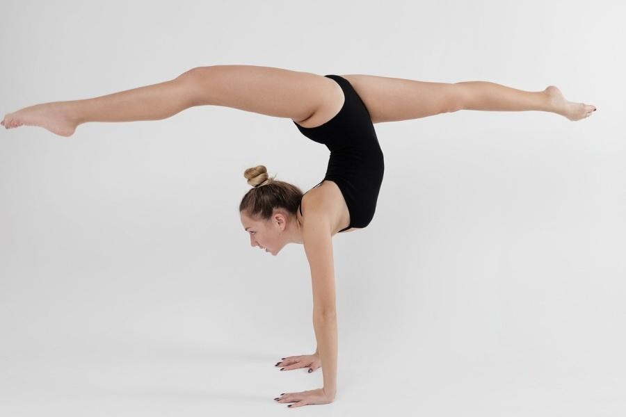 gimnastyczka robiąca przejscie w przód