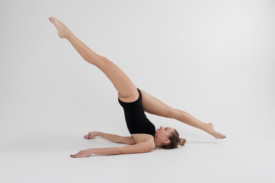 gimnastyczka w świecy z nogami do szpagatu