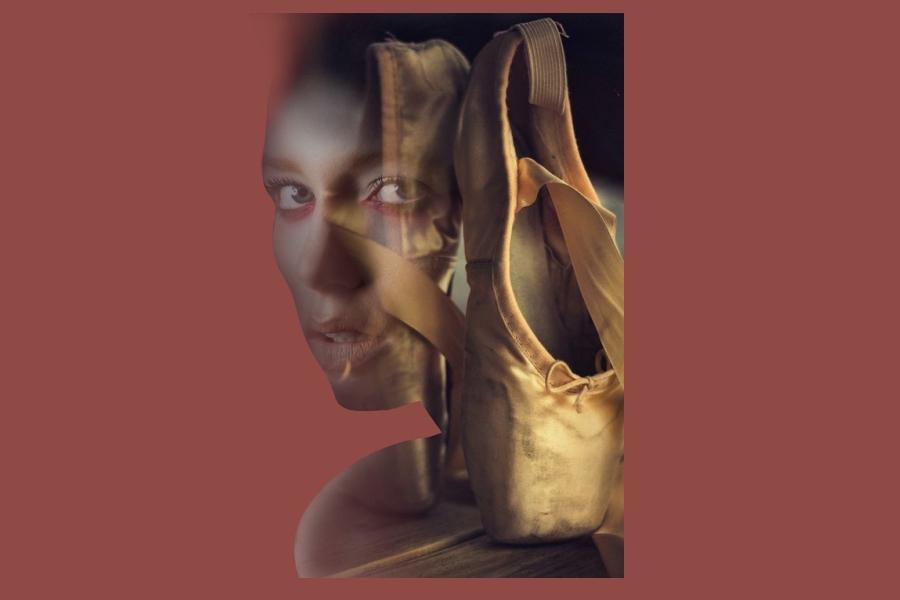 twarz kobiety a na pierwszm planie baletki