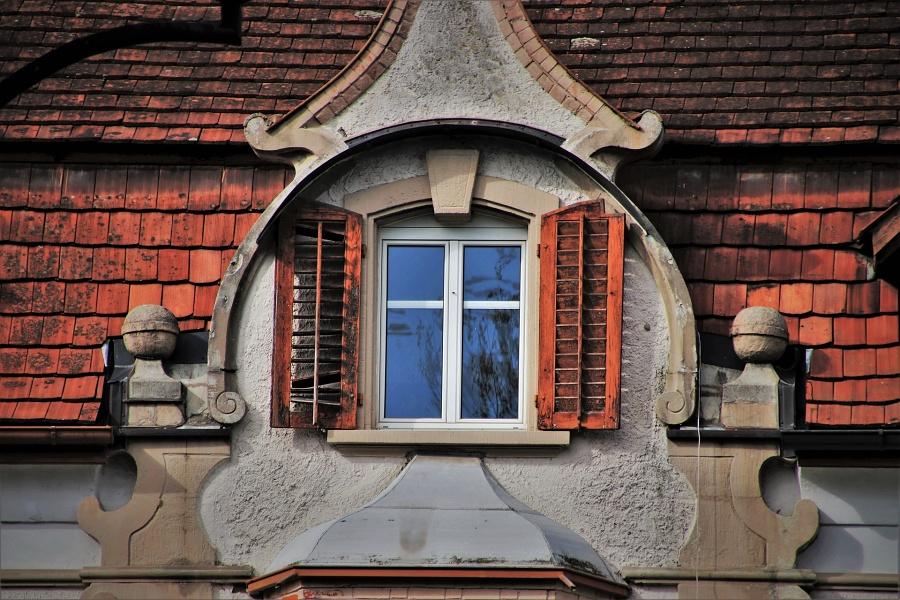 okno starej kamienicy
