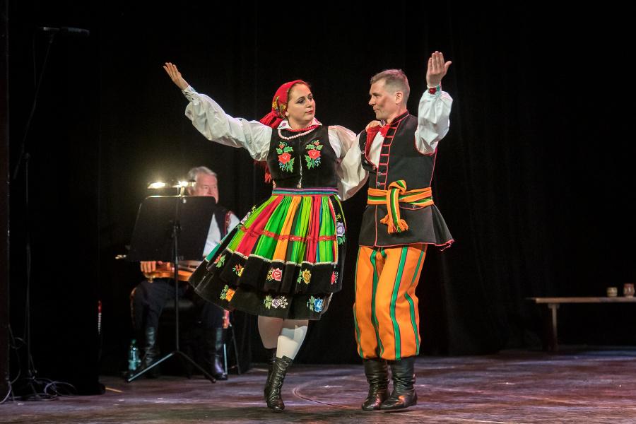 Pary tańczące oberka w tradycyjnych pasiakach łowickich.