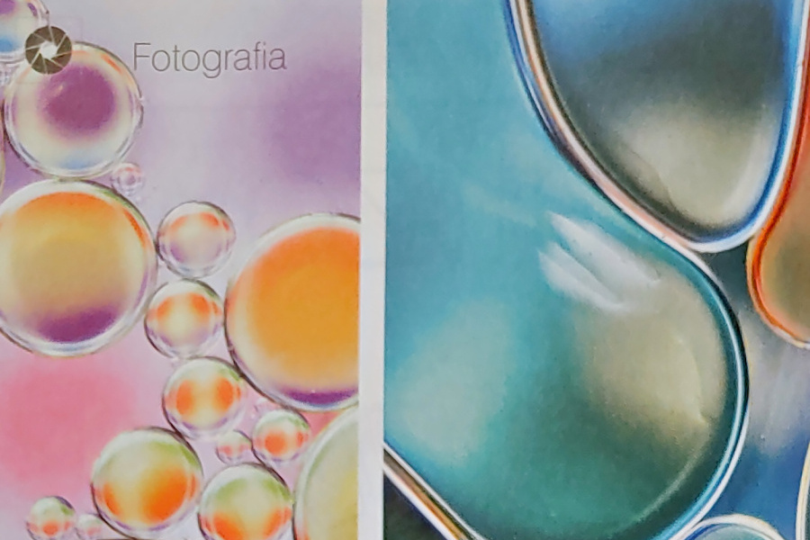 fotografia przedstawia abstrakcyjny deseń stworzony przez krople oleju na powierzchni wody