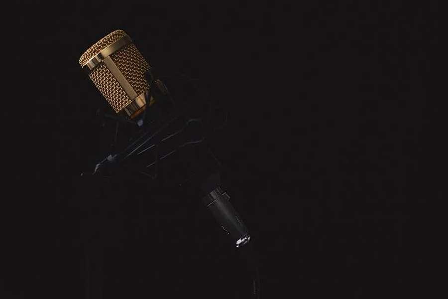mikrofon na czarnym tle