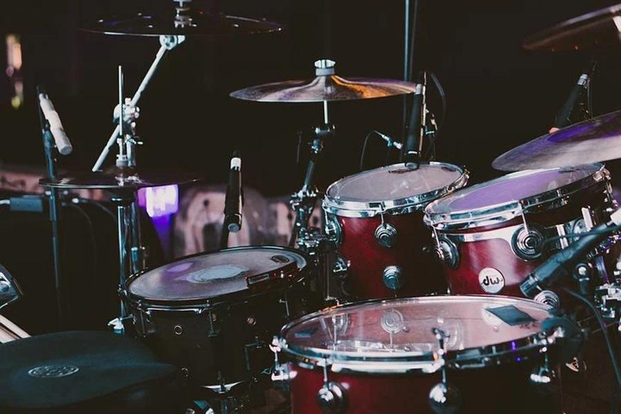Na zdjęciu widać podstawowy zestaw perkusyjny.