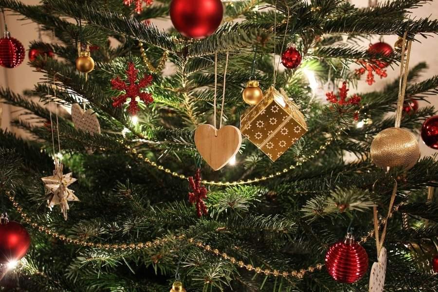świąteczna choinka z ozdobami