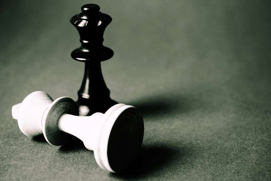 Czarny hetman nad leżącym pokonanym białym królem