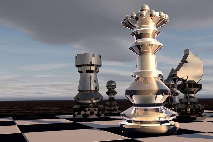 Figury szachowe na fragmencie szachownicy generowane komputerowo na tle nieba