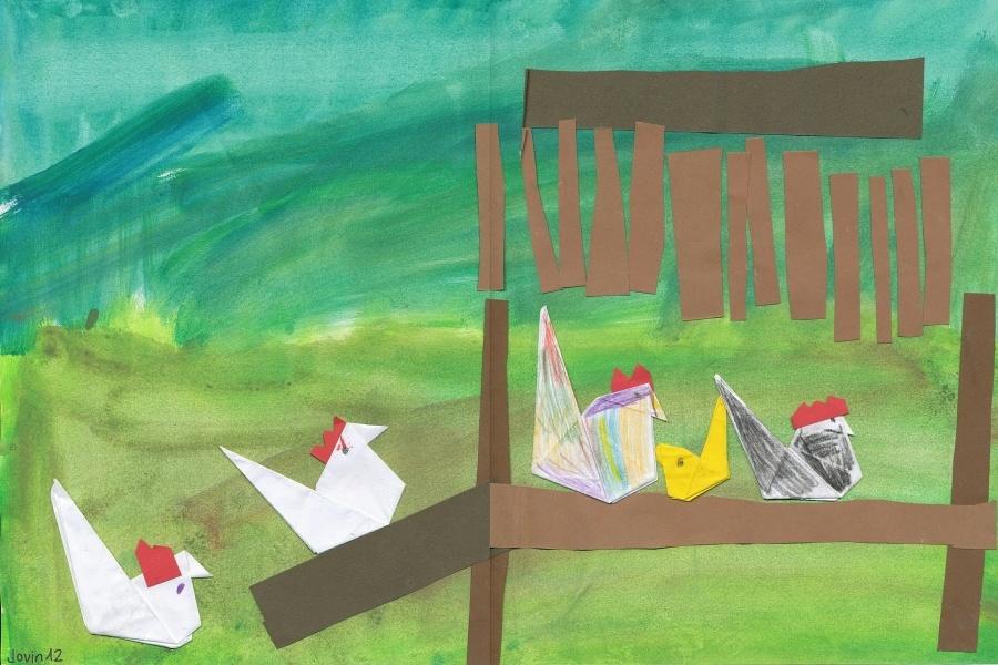 Zdjęcie przedstawia pięć papierowych kurczaków wykonanych techniką origami.