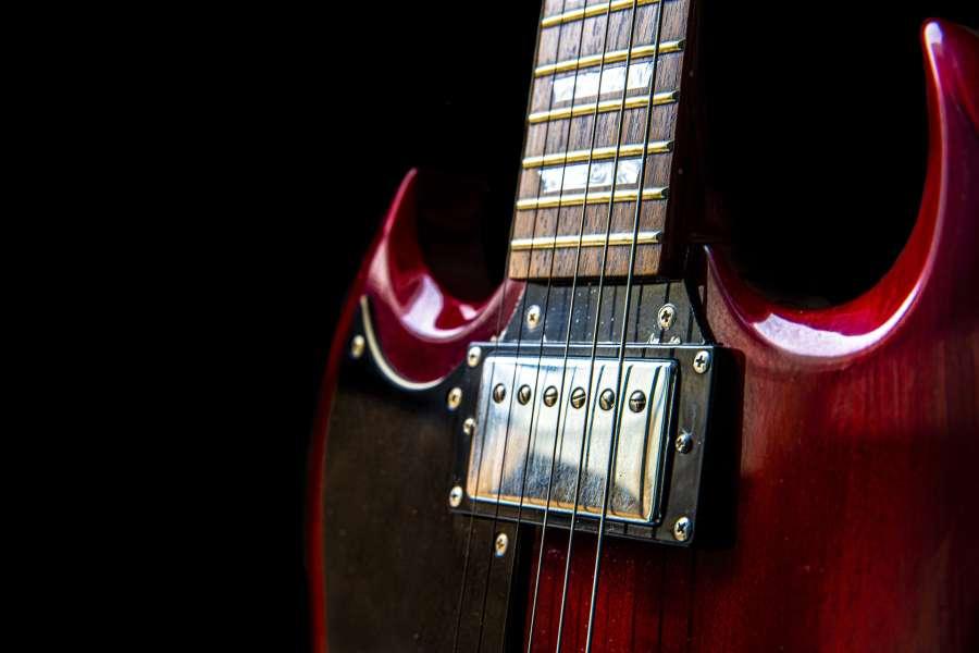 Czerwona gitara elektryczna na czarnym tle