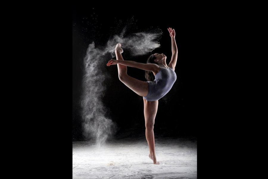 tancerka wykonująca wymach nogą do głowy