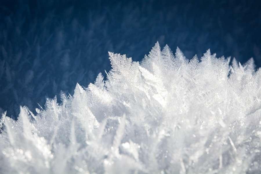 na zdjęciu śnieg w dużym powiększeniu