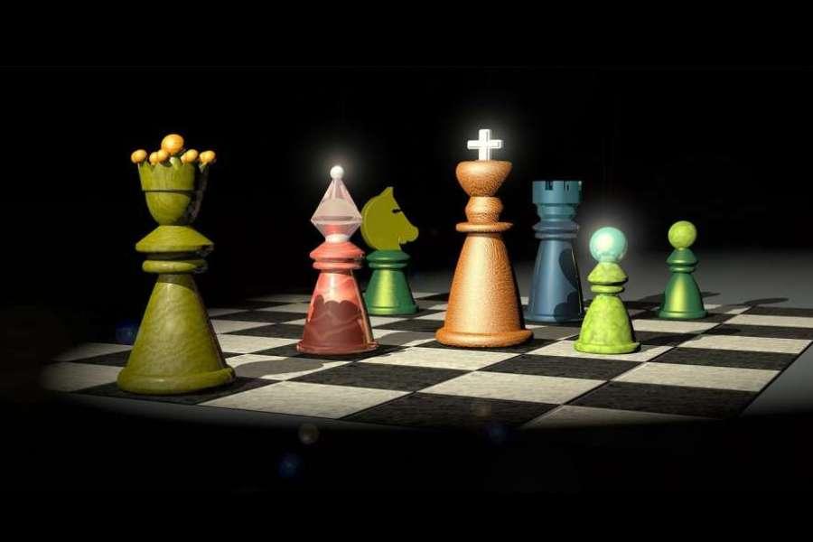 Kolorowe figury stojące na szachownicy