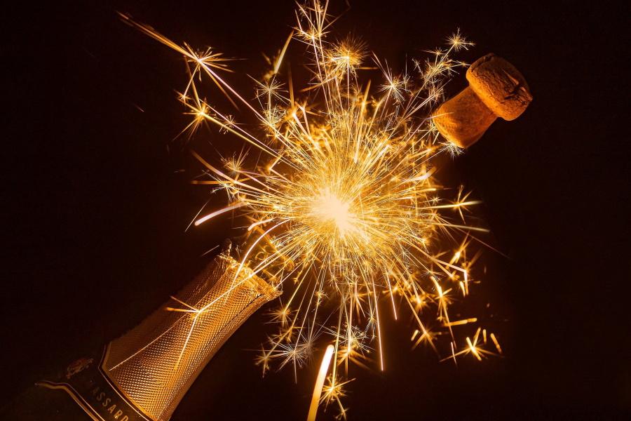 butelka szampana ze sztucznymi ogniami