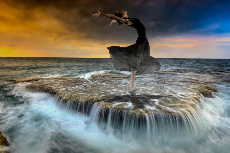 tancerka w pozie tanecznej na tle wody