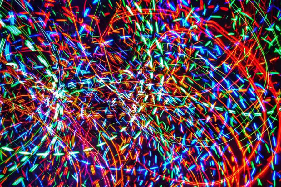 fotografia przedstawiająca kolorowe abstrakcyjne wzory namalowane lampkami choinkowymi