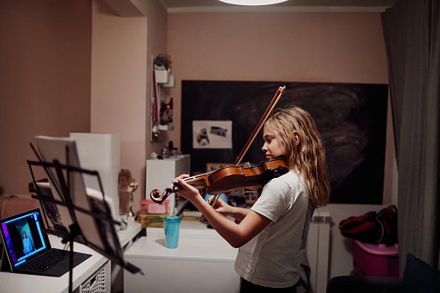 Na zdjęciu widać młodą skrzypaczkę, podczas próby