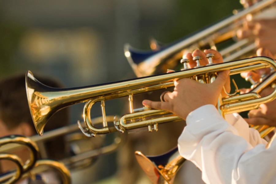 Na zdjęciu widać sekcję trąbek, wchodzącą w skład orkiestry symfonicznej.