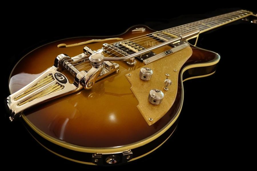 Gitara elektryczna na czarnym tle