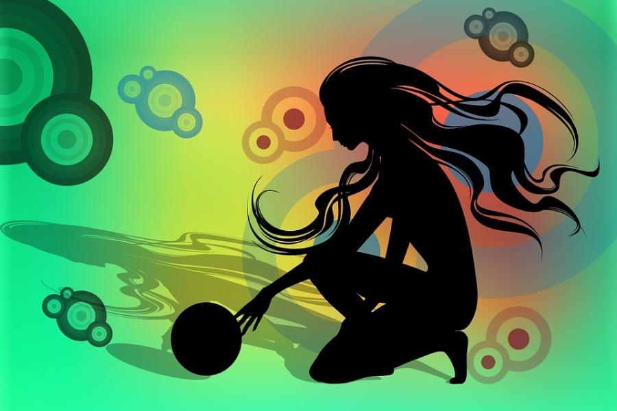 Zdjęcie przedstawia postać kobiety klęczącej z piłką w ręku. Tłem jest odbicie postaci z barwnymi kołami różnej wielkości.