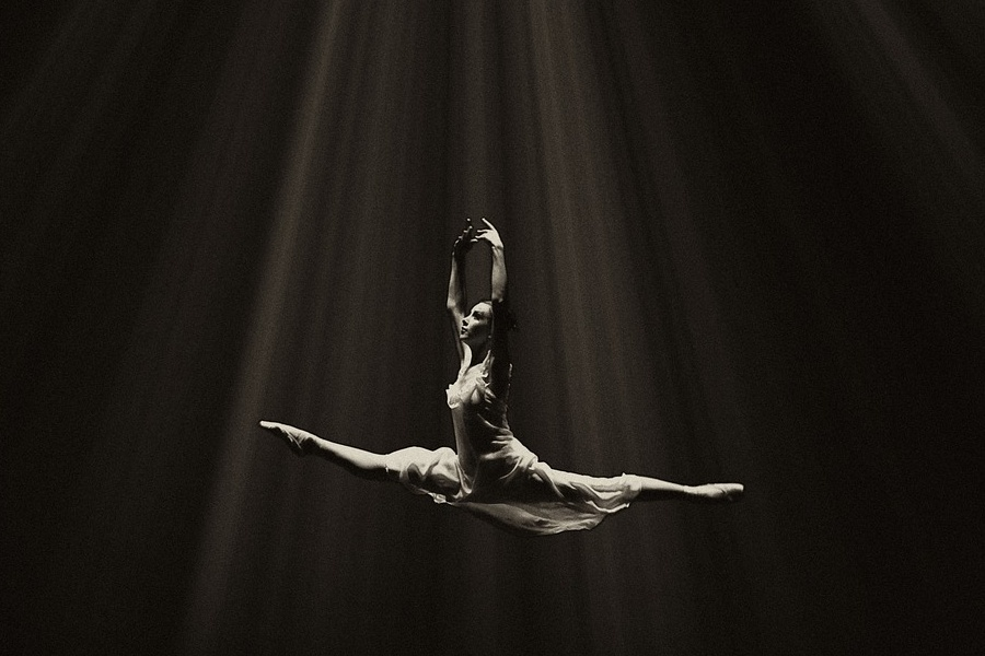 na zdjęciu baletnica w skoku
