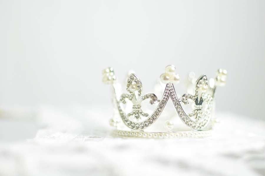 Zdjęcie przedstawia srebrną koronę wysadzaną kryształkami
