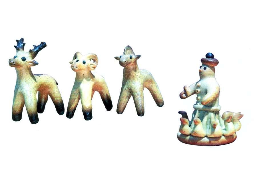 figurki ptaszków wykonane z ciasta zlepione po okręgu w środku postać gospodarza i figurki zwierząt z ciasta