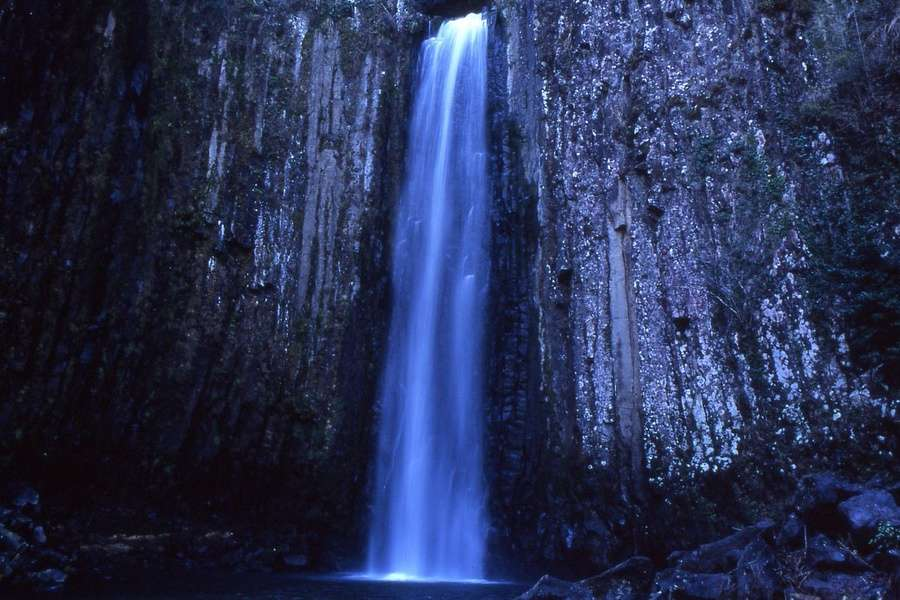 Zdjęcie przedstawia wodospad wieczorową porą