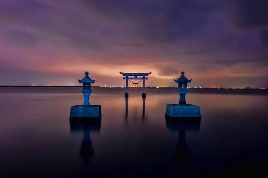Na zdjęciu tradycyjna brama japońska- Tori znajdująca się w morzu