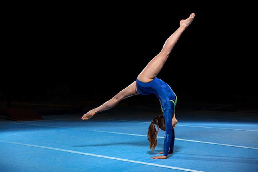 akrobatka w niebieskim stroju robiąca przejście