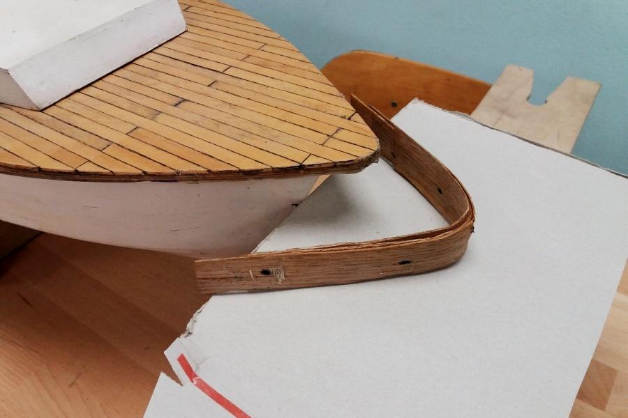 odbojnica dziobowa w modelu jachtu