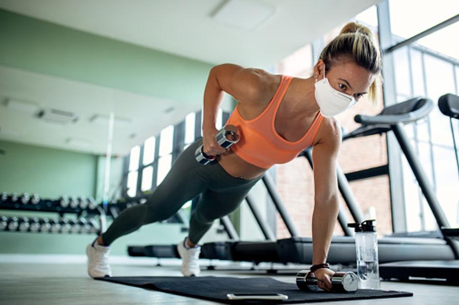 kobieta ćwicząca na siłowni
